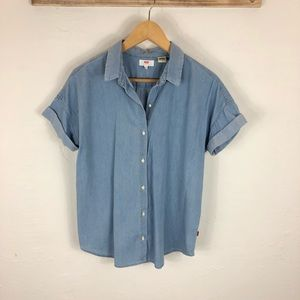 Levi's light wash chambray short sleeve top